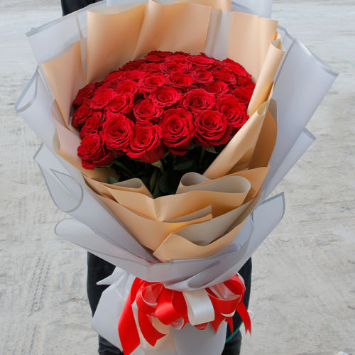Hand Bouquet of Appealing Roses
